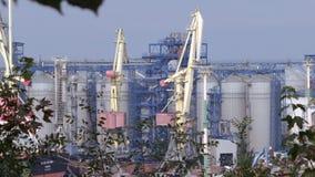 instalaciones portuarias 4K con el levantamiento de las grúas Tirado de la tapa almacen de video