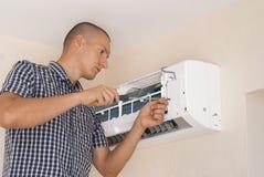 Instalacja i naprawa lotniczy conditioner obraz stock