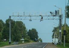 Instalacja kamery wideo naprawianie naruszenia na autostradzie w Kaluga regionie Rosja Zdjęcia Stock