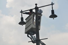 Instalacja latarnie uliczne Zdjęcia Stock