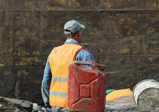 instalacja metal struktury - bezpośredni poparcie dla drenarskiej ziemi przy budową droga w grązie pracować Obrazy Stock