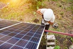 Instalacja niezależnej zewnętrznej fotografii panel voltaic system Odnawialny zielony energetyczny pokolenie obraz stock