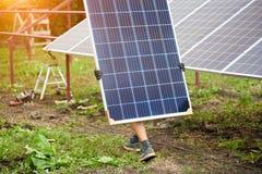 Instalacja niezależnej zewnętrznej fotografii panel voltaic system Odnawialny zielony energetyczny pokolenie fotografia royalty free