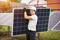 Instalacja niezależnej zewnętrznej fotografii panel voltaic system Odnawialny zielony energetyczny pokolenie zdjęcie stock