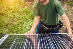 Instalacja niezależnej zewnętrznej fotografii panel voltaic system Odnawialny zielony energetyczny pokolenie fotografia stock