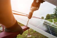 Instalacja niezale?nej zewn?trznej fotografii panel voltaic system Odnawialny zielony energetyczny pokolenie obraz royalty free