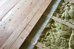 Instalacja nowa podłoga drewniane naturalne deski w i kopalina Obrazy Stock