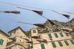 Instalacja od latającej miotły na jeden ulicy Kotor, Montenegro Obrazy Stock