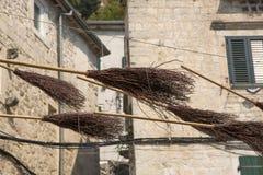 Instalacja od latającej miotły na jeden ulicy Kotor, Montenegro Zdjęcia Royalty Free