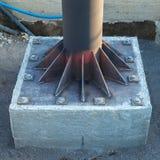 Instalacja round metal tubka na metal wszywki talerzu, kręcona w beton obraz royalty free