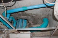 Instalacja wodnokanalizacyjna elementów wyposażenia PVC cement pod sufitem Obrazy Royalty Free