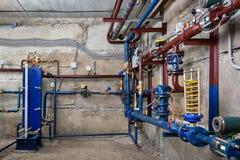 Instalacja wodnokanalizacyjna w piwnicie Zdjęcia Stock