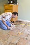 Instalador da telha cerâmica foto de stock royalty free