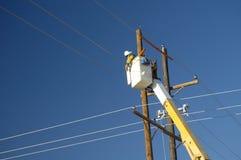 Instalador de líneas de la compañia de electricidad fotografía de archivo