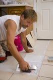 Instalador de la baldosa cerámica Fotografía de archivo libre de regalías