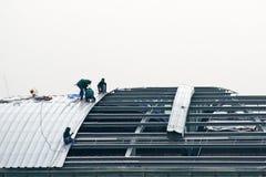Instalador del tejado Fotos de archivo libres de regalías