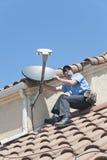 Instalador satélite no telhado 2 Fotos de Stock