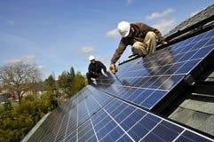 Instaladores 4 del panel solar Foto de archivo libre de regalías