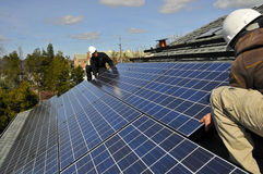 Instaladores del panel solar foto de archivo libre de regalías