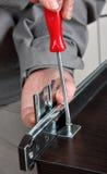 Instalando el cajón de la pista resbale el carril, atornillando el tornillo del manual del tornillo Fotografía de archivo libre de regalías