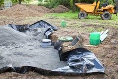 Instalando el filtro de arena en un tanque séptico que muestra el trazador de líneas, Imagen de archivo
