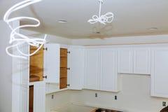 Instalando a instalação nova da cozinha da cozinha da indução do armário de cozinha imagens de stock royalty free