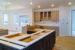 Instalando a instalação nova da cozinha da cozinha da indução do armário de cozinha imagem de stock