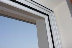 Instalando a janela do pvc na casa fotografia de stock royalty free