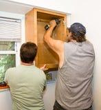 Instalando las cabinas - trabajo en equipo Foto de archivo libre de regalías