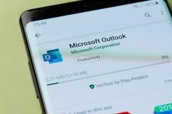 Instalando Microsoft Outlook ao smartphone fotos de stock
