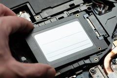 Instalando a movimentação de circuito integrado nova ao PC do portátil fim da conexão do sata e de poder acima hardware do portát fotografia de stock