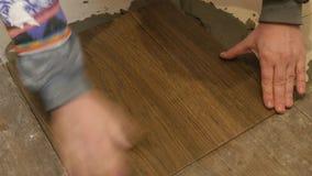 Instalando o assoalho de telhas nas obras filme
