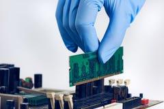 Instalando o computador no lugar RAM Memory Chip Fotos de Stock