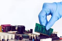 Instalando o computador no lugar RAM Memory Chip Imagens de Stock
