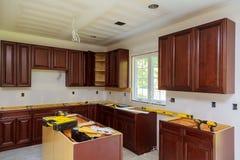 Instalando o hob novo da indução na cozinha moderna fotografia de stock royalty free