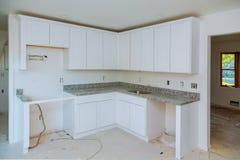 Instalando o hob novo da indução na cozinha moderna fotografia de stock