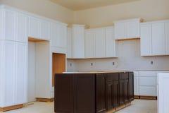 Instalando o hob novo da indução na instalação moderna da cozinha do armário de cozinha imagem de stock royalty free