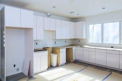Instalando o hob novo da indução no armário de cozinha moderno da instalação da cozinha da cozinha fotos de stock royalty free