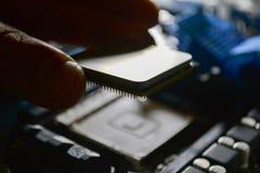Instalando o processador central no cartão-matriz Fotografia de Stock