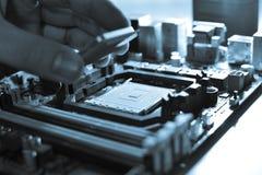 Instalando o processador central no cartão-matriz Imagens de Stock