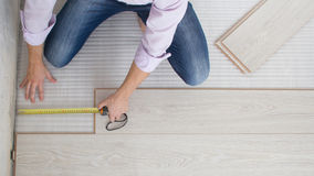 Instalando o revestimento estratificado de madeira Fotografia de Stock