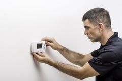 Instalando o termostato digital Imagens de Stock