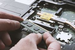 Instalando os módulos da memória no close-up do portátil Fotografia de Stock