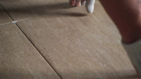 Instalando telhas de assoalho cerâmicas - medindo e cortando as partes filme