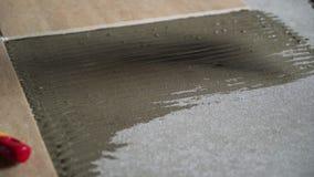 Instalando telhas de assoalho cerâmicas - medindo e cortando as partes video estoque
