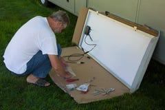 Instalando um painel solar em um motorhome foto de stock