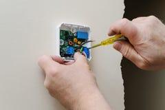 Instalando um termostato programável da sala Foto de Stock