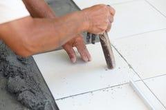 A instalação da telha de assoalho para a construção de casa Fotos de Stock Royalty Free