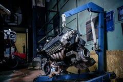 Instalation de moteur sur le crochet bleu de grue photographie stock libre de droits