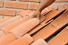 Instalation de toit de tuile Photographie stock libre de droits